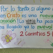 2 Cortinthians 5:17 in Spanish on a poster board